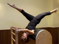 Ejercicio Pilates con Barriles